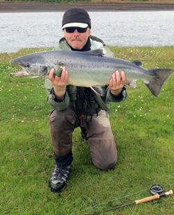 Lars Viberg fra FÆRØERNEREJSER / ISLANDSREJSER - her på laksefiskeri.