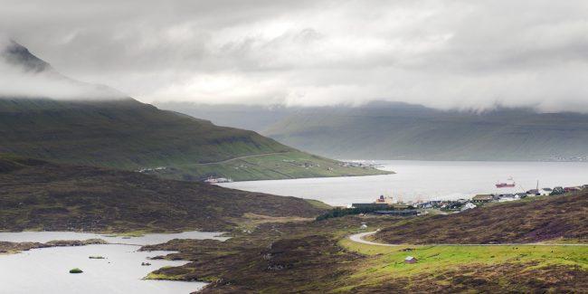 øerne - fjorde og bjerge i smukt landskab