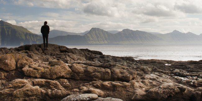 Kør-selv ferie på Færøerne med fjorde og bjerge