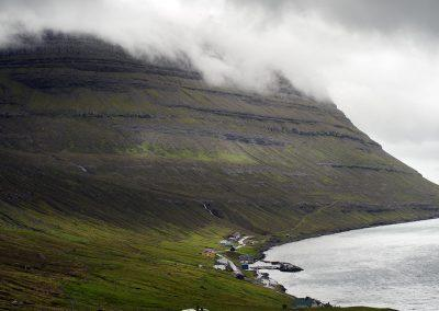 Klassisk bjerg og fjord på Færøerne