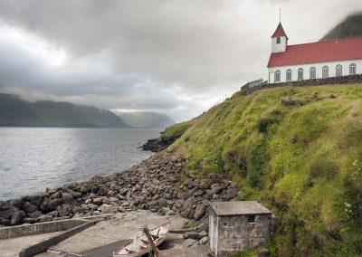 Smuk fjord og kirke ved Kunoy - kør-selv ferie og grupperejser på Færøerne