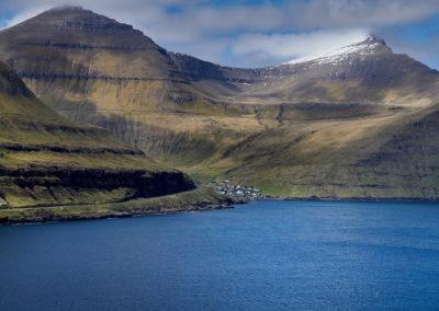 Lille bygd og høje bjerge på Eysturoy på kør-selv ferie, bilferie og grupperejser med FÆRØERNEREJSER