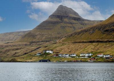 Karakteristisk bjerg på Eysturoy på kør-selv ferie, bilferie og grupperejser med FÆRØERNEREJSER