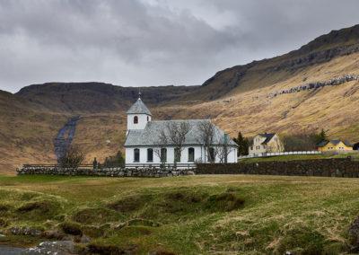 Smukt beliggende kirke på Eysturoy på kør-selv ferie, bilferie og grupperejser med FÆRØERNEREJSER