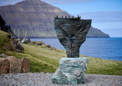 Spændende skulptur i Elduvik, Eysturoy på kør-selv ferie, bilferie og grupperejser med FÆRØERNEREJSER