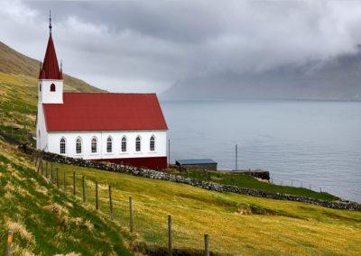 Smuk kirke på Kalsoy på kør-selv ferie, bilferie og grupperejser med FÆRØERNEREJSER