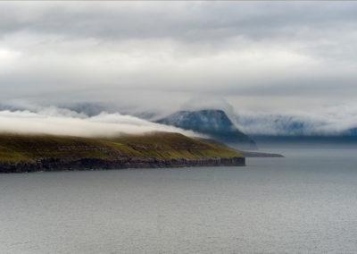 Smuk tåge smyger sig til øen på kør-selv ferie, bilferie og grupperejser med FÆRØERNEREJSER
