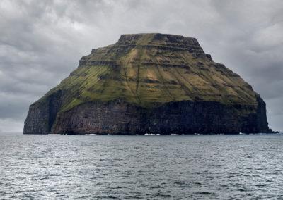 Den karakteristiske ø Litla Dimun på kør-selv ferie, bilferie og grupperejser med FÆRØERNEREJSER