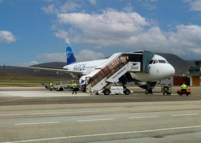 Jet ankommer til Lufthavnen på Vagar på kør-selv ferie, bilferie og grupperejser med FÆRØERNEREJSER