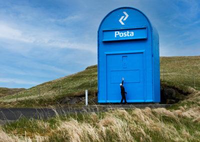 Verdens største postkasse findes på Sandoy på kør-selv ferie, bilferie og grupperejser med FÆRØERNEREJSER