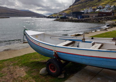 Klassisk båd ved Haldorsvik på kør-selv ferie, bilferie og grupperejser med FÆRØERNEREJSER