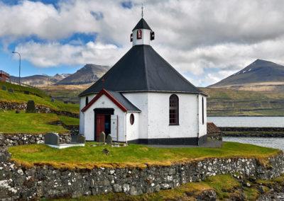 Haldorsvik kirke på Streymoy på kør-selv ferie, bilferie og grupperejser med FÆRØERNEREJSER
