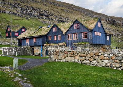 Gamle huse ved Kirkjubøur på kør-selv ferie, bilferie og grupperejser med FÆRØERNEREJSER