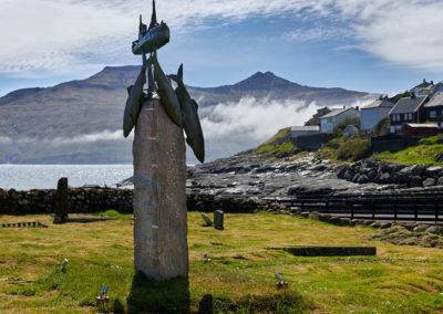 Skulptur i Kvivik på Streymoy på kør-selv ferie, bilferie og grupperejser med FÆRØERNEREJSER