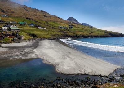 Leynar strand på Streymoy på kør-selv ferie, bilferie og grupperejser med FÆRØERNEREJSER