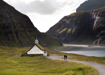 Saksun kirke på Streymoy på kør-selv ferie, bilferie og grupperejser med FÆRØERNEREJSER