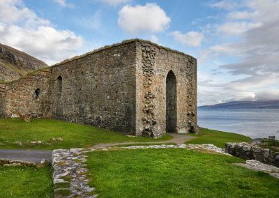 Ruin ved Kirkjubøur på Streymoy på kør-selv ferie, bilferie og grupperejser med FÆRØERNEREJSER