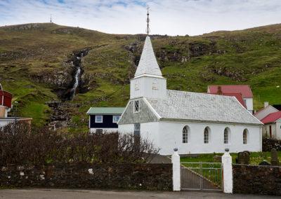 Famjin kirke, Suduroy, med det ældste færøske flag på kør-selv ferie, bilferie og grupperejser med FÆRØERNEREJSER