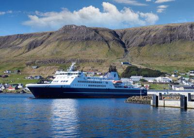 Færgen fra Torshavn ankommer til Suduroy på kør-selv ferie, bilferie og grupperejser med FÆRØERNEREJSER