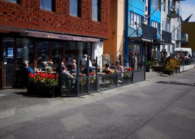 Caféliv i Torshavn ved havneområdet på kør-selv ferie, bilferie og grupperejser med FÆRØERNEREJSER