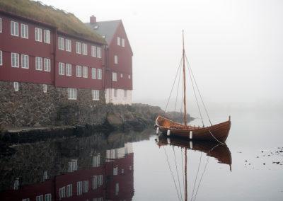 Model af vikingeskib ved Torshavn på kør-selv ferie, bilferie og grupperejser med FÆRØERNEREJSER